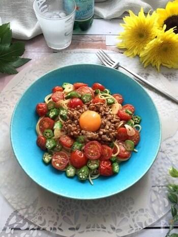 プチトマトとオクラをたっぷり使った一品。ニンニクオイルを絡め、食欲をそそる味わいになります。見た目もカラフルで、暑い季節でも元気になれそうです!