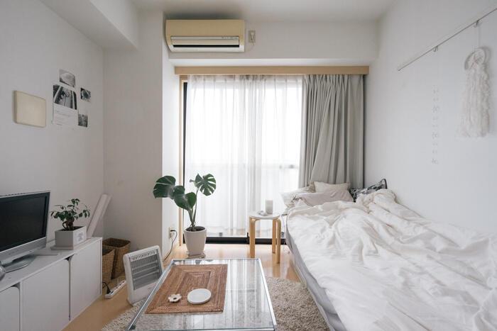 狭いお部屋は、ベッドをソファ代わりにするアイデアも。腰かける以外にも、テーブルとベットの距離を近くすると背もたれになりラクに座れますよ。さらに、ベッドカバーやクッションを置いて生活感を上手にカバーしましょう。