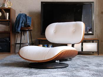木目とレザーの組み合わせが高級感漂う回転式ローラウンドチェアー。座ったまま360度回転するので、ラクに方向転換できます。座面は厚みとクッション性があり、長時間座っても疲れにくいのも嬉しいポイント。
