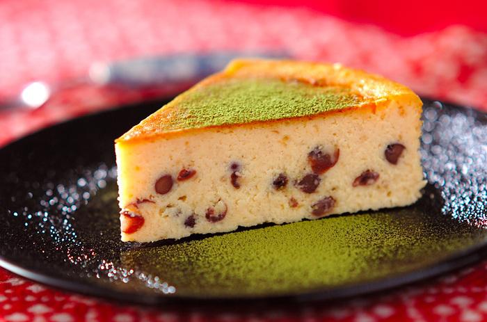 ベイクドチーズケーキに入れれば、和風チーズケーキに。粉糖の代わりに抹茶パウダーをかけるとさらにおしゃれになりますね。  チーズケーキは一晩寝かせた方が美味しく食べられます。