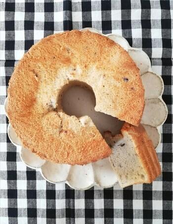 あずきがほんのり香るシフォンケーキのレシピ。和の食材と相性の良い豆乳を使った優しい仕上がりになっています。  ケーキを食べつつあずきの栄養も摂れるなんて嬉しいですね。