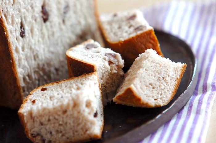 こちらはホームベーカリーで作るあずき入りのパン。ご飯が入っているのでモチモチっとした食感が特徴です。  粒あんとあずきの甘納豆のWあずきを使った贅沢な食パンになっています。