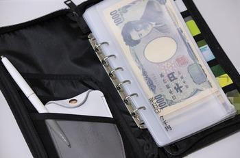 こちらのブロガーさんも、無印のパスポートケースを袋分けに利用しているそうです。ペンや通帳もひとまとめにして、これひとつで家計管理が済みます。