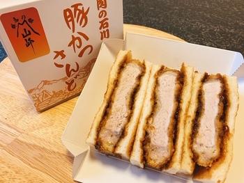 『豚かつさんど』は、見た目通りに、、実にボリューミィ。しっとりと柔らかな豚の美味しさを堪能できます。豚カツは、衣薄めで、脂身も控え目。胃にもたれず、あっさりと頂け、美味と評判です。