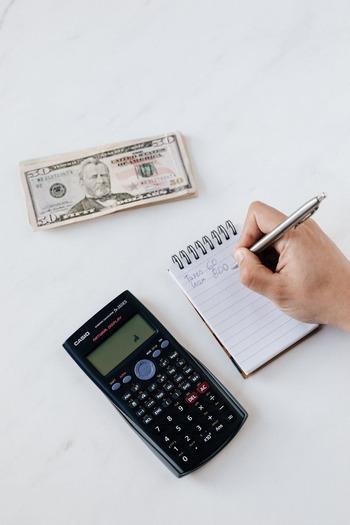 お子さんの学用品の支払いなど、突発的に予期せぬ支払いが生じることもありますよね。そのようなときのために、「予備費」の袋もつくっておくと安心です。ひと月使わなかったら翌月に繰り越していくようにすると、心にも予算にもゆとりが生まれます。