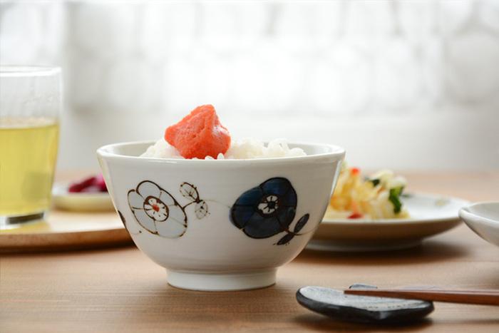 同じシリーズで、φ約118×H約62(mm)の手にすっぽりと馴染む飯碗もあります。メインのお皿と一緒に使えば食卓に上品な統一感が生まれ、和洋どんな食器とも相性の良い柄とデザインは、他の食器と組み合わせても美しく調和します。