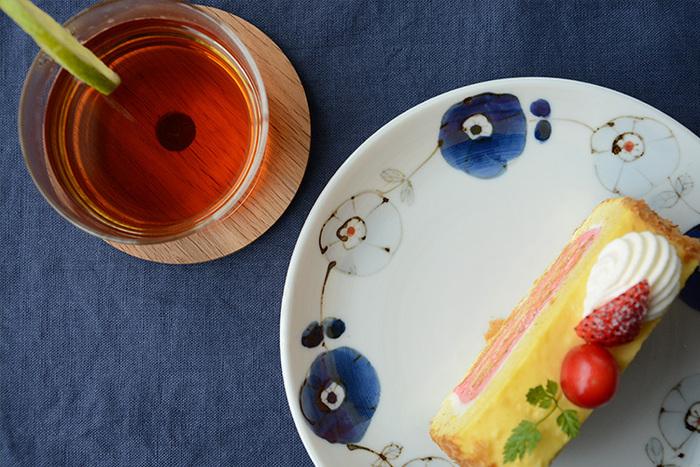 1971年に石川県南部能美市にて開窯した「九谷青窯」。現在は全国から集まった十数名の陶工たちが、九谷焼の伝統的な技術を活かしながら、現代の生活スタイルに適した普段遣いの器などを作陶しています。こちらは花をモチーフに、呉須(ゴス)と呼ばれる藍色を巧みに使用し、上品で使い勝手の良いアイテムを多く作陶している高原真由美氏の「朱入りゴス鉄 花つなぎ」。
