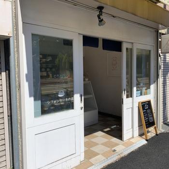 """浅草駅か歩いて7~8分、""""観音裏""""と呼ばれるあたりにある「otaco(オタコ)」は、米粉のシフォンケーキの専門店。グルテンフリーにこだわる方や小麦アレルギーのお子さんも安心して食べられると評判です。"""