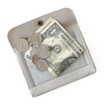 透明PVCで中身が見えるジェネラルパーパスケース。お金はもちろん、カードやチケット、レシートなどの紙もの収納に便利です。A7サイズなので幅広い用途に使えます。