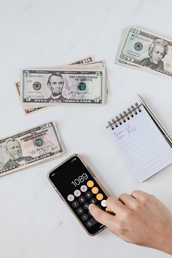考えられるすべての支出を書き出し、使う項目ごとに予算を振り分けて、それぞれ袋に入れておきます。項目の例としては、「食費」「日用品費」「子ども費」「光熱費」「レジャー費」など、その他保険代や電話代、習い事費などそれぞれの家庭の状況によって決めます。