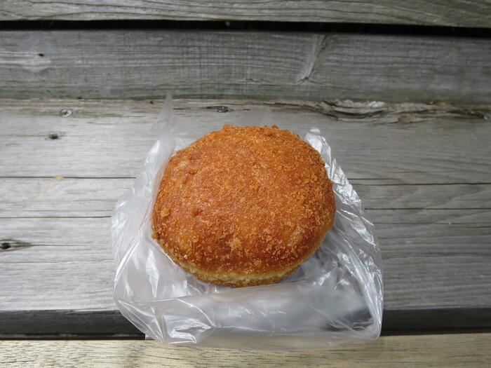 食事系のシンプルなパンもいいけれど、店内に並ぶ様々な惣菜パンや菓子を一旦目にしたら、やっぱり、それも食べたくなるもの。お勧めは、『カレーパン』。