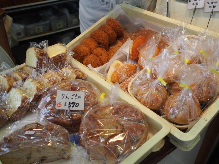 店舗は一見小ぢんまりとしていますが、店内には、多種多様なパンがズラリ。 ロールパンやフランスパンといった食事系から、サンドイッチやチリドック、コロッケパンといった惣菜系、あんぱんやクリームパンといった菓子パン、甘食やロールケーキ、クッキー等のスウィーツ系もあり、それぞれ微に入り細に入りといった感じで、手作りパンが所狭しと並んでいます。