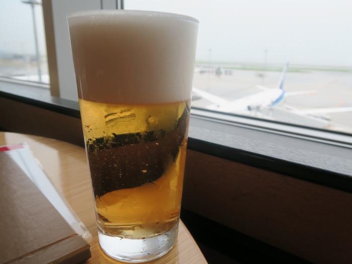 """お食事と一緒に、ANAの離発着をメインに楽しむことができる大パノラマの景色は贅沢そのもの。飛行機をみながら""""中華料理とビールを一杯!""""なんていうのもいいですよね。"""