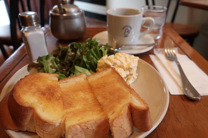 常連さんは、それぞれ贔屓にしているパンがありますが、トースト好きのパン好きさんなら「食パン」一択。パン生地は、ふんわりとして甘みを感じる昔ながらの懐かしい味わいです。  【画像は、2020年11月30日に閉店した鎌倉駅西口の老舗喫茶「カフェ・ロンディーノ」の『タマゴトースト』。閉店が惜しまれるが、この喫茶店で長年使われてきたのが、「日進堂」の食パン。スパゲッティや自家製プリンが人気だったが、トーストはこの店の代表メニューでもあった。このシンプルなトースト美味しさをご存知の方もきっと多いはず。】