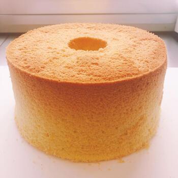 新潟県上越市「Reir(レイール)」のシフォンケーキは、米粉100%のグルテンフリー。自家栽培のお米を加工しているのがこだわりです。ホール型はふんわりふっくら。写真のプレーンのほか、「ほうじ茶」や「黒ごまきな粉」など10種類以上のフレーバーをお取り寄せできます。