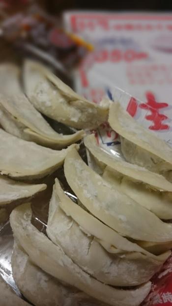店で販売されているのは、豚の赤身の挽き肉と野菜をたっぷり使った『特製餃子』と『特製青じそ餃子』の2種類。それぞれ、生と冷凍があります。どちらも、丁寧に保冷梱包してくれるので、持ち時間が長くても安心です。【画像は生タイプの『特製餃子』】