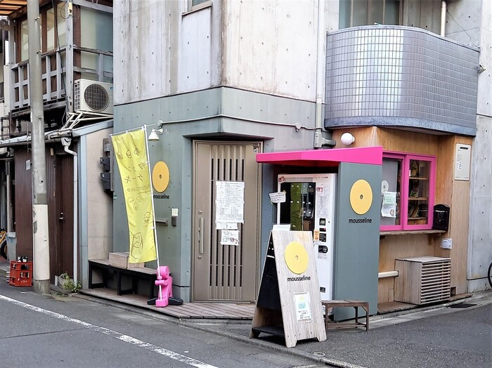 最後にご紹介するのは、中目黒の「mousseline(モスリン)」。お取り寄せではなく、自動販売機でシフォンケーキが購入できるお店なんです。シフォンケーキを作るのは、ご自身が大のシフォンケーキ好きという店主の松野さん。もともとは清澄白河で人気ベーカリーを営んでいましたが、シフォンケーキ専門店をオープンさせたそう。