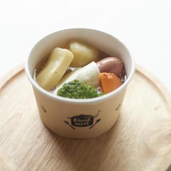 こちらは、ソーセージや5種類の野菜がごろっと入ったポトフ。あっさりとした鶏がらベースのスープに、素材の旨味が溶けだしています。
