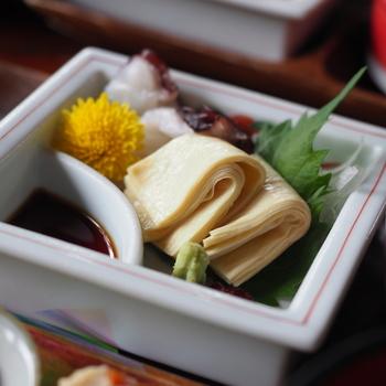 豆腐は昔ながらの本格的な手作り製法で、熟練の職人さんが一枚ずつ丁寧にひきあげます。ほど良い厚みの湯葉は、なめらかな食感と大豆のまろやかな甘みが格別。上質な大豆と、日本酒に使われる仕込水の組み合わせだからこそ生まれる極上の味です。