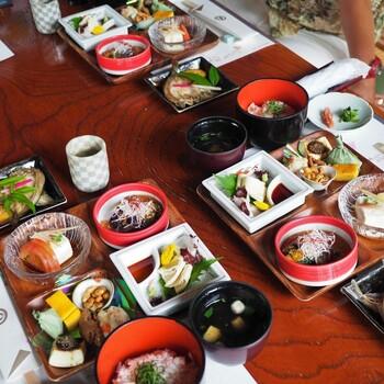 ランチは、お料理の内容によって3種類に分かれています。豆腐のあんかけや湯葉とこんにゃくのお造りなど、ヘルシーで彩り豊かなメニューが並びます。