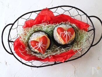 いつものおにぎりもバレンタイン風にアレンジ。かわいらしいハートは、赤いウインナーとカニカマで作れるんですよ。明太子マヨネーズが味わいのアクセントになっています。こっそりお弁当に忍ばせるのもいいですね♪