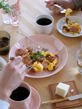 北欧食器の定番シリーズとして人気なのが「iittala(イッタラ)」の「Teema(ティーマ)」。デザイナーであるカイ・フランクの代表作品「KILTA(キルタ)」の後継シリーズとして、フォルムが変わらないまま販売され続けられています。シンプルでモダンなデザインは、色違いで揃えたり他の食器と組み合わせもできる万能選手。