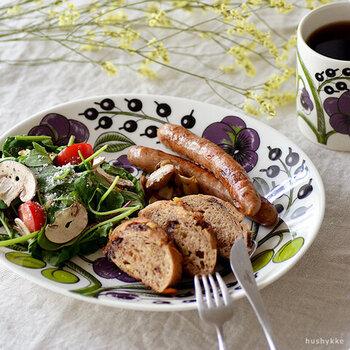デザイン性の高さだけでなく、品質や機能性にも優れているのが魅力的。1969年から続くARABIA(アラビア)のクラシックシリーズとして、世代を超えて愛されています。フィンランドでは高級食器として親しまれており、ホームパーティーやおもてなし料理に華を添えてくれそうです。