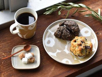 「marimekko(マリメッコ)」の人気ファブリックをそのまま食器に落とし込んだ、テーブルウェアも人気です。 こちらの「UNIKKO(ウニッコ)」は、ケシの花をモチーフにしたブランドを代表するアイコン的な柄。