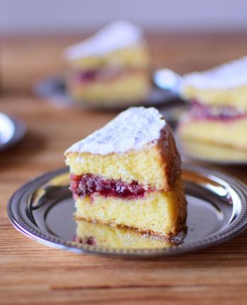 ラズベリージャムの代わりにいちごジャムを使ってアレンジ。シンプルなバターケーキに甘酸っぱいジャムの甘さがよく合い、素朴で懐かしい味わいです。
