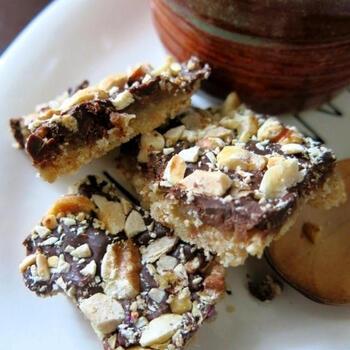 くだいたクッキーの上にトフィー生地、チョコレートを流してナッツを振りかけた食べ応えあるトフィーのレシピ。最後にトッピングするナッツをアーモンドスライスに変えると、イギリス風にアレンジできますよ。