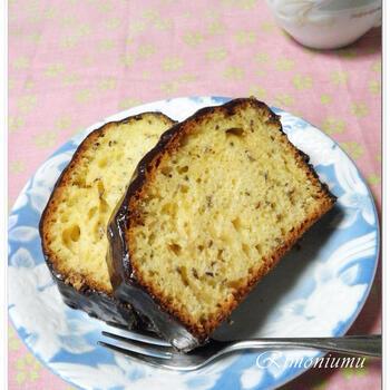 ホットケーキミックスを使って手軽に作れるキャラウェイシード入りパウンドケーキ。紅茶の葉っぱを加えたチョコレートでコーティングされており、ひと口食べると贅沢気分に浸れます♪