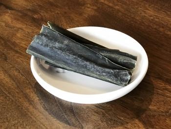 これらの昆布の中で、旨味成分が多く含まれている昆布は出汁をとるのに適しており、繊維質が少なくやわらかな昆布は煮て食べるのに適しています。