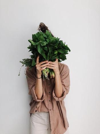 お家時間が長いと外へ出る機会は減りますが、その分、土いじりをしたり、ハーブを摘んでお料理に加えたり、ベランダで気軽にできる家庭菜園を楽しみながら、季節の移ろいを感じませんか。毎日背が少しづつ伸び、花が咲き、実が色づいていく野菜は、まるでわが子のよう♪種まきシーズンの春に向けて、気になる野菜で、ぜひチャレンジしてみてください。