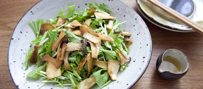オーブンでカリカリに焼いたきのこをたっぷりのせた水菜のサラダ。熱々の間にキノコを水菜の上にのせると、水菜が少ししっとりして、さらに食べやすくなります。最後にごまをプラスしても美味しそうですね。