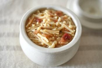 おだしと梅干しで作る自家製なめたけ。梅干しのさっぱり感と、なめたけのコリコリした食感が癖になる一品です。ご飯にはもちろん、キュウリなどと和えても◎。