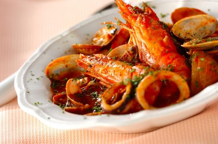 海鮮とトマトの美味しさ広がるブイヤベースは、コトコト煮込んで魚介の旨みをたっぷりと引き出します。有頭海老やアサリなど殻ごと使うと見映えが豪華に♪