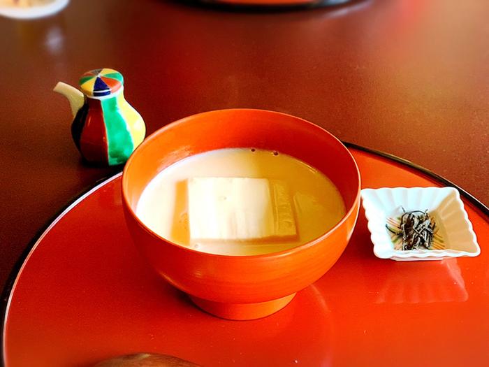 豆乳を出汁で割った「豆水」で仕立てた鍋は、名物のひとつ。大豆の濃厚な旨みがぎゅっと詰まっています。