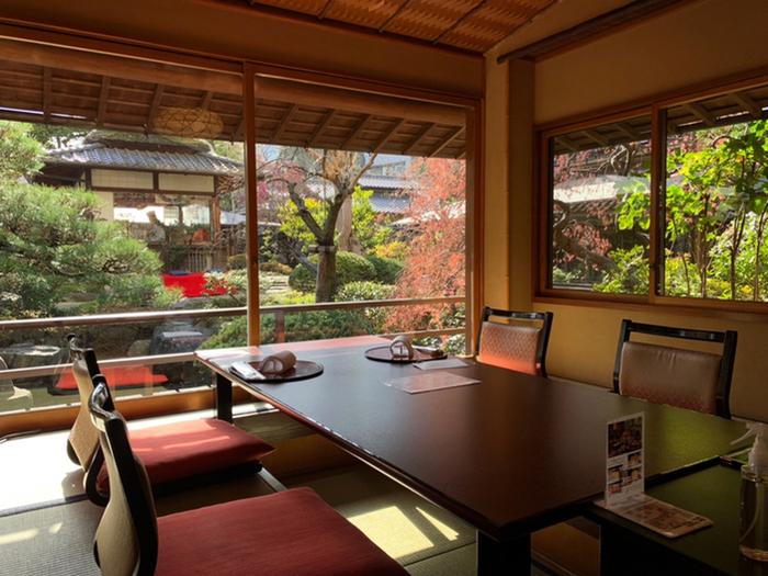 """広大な日本庭園をのぞむ個室や、テーブル席など趣向をこらした席は、江戸情緒を感じる造り。""""うかい様式""""と呼ばれる伝統美を融和させた格調高い空間です。"""