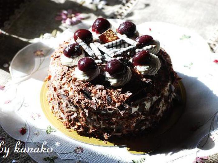 シュヴァルツヴェルダー(Schwarzwälder)=黒い森の、キルシュトルテ(Kirschtorte)=さくらんぼ酒ケーキという、日本人にとってはちょっと名前が長すぎるこちらのケーキ。ドイツ・シュヴァルツヴァルト地方特産の、さくらんぼからできたお酒を使うケーキです。黒いココアのスポンジの間にクリームを塗り、削ったチョコレートをまぶして、最後にチェリーを飾り付ければ完成。チョコレートとお酒の風味が濃厚で、甘いもの好きとお酒好き、どちらにも好まれる味わいです。