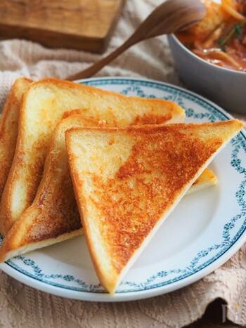 有名レストランのチーズトーストの再現レシピです。 基本の材料は、食パンと粉チーズ、バターのみ。家にストックしておける材料で作れるのは嬉しいですね。贅沢に削りたてのパルミジャーノを使っても◎ 簡単なのに病みつきになる美味しさです。