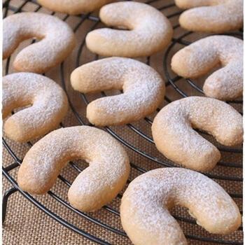 ドイツでクリスマスに食べられるお菓子はスパイスを使ったものが多いですが、キッフェルンは一切使わないお菓子です。三日月(Kipferl)という名前の通り月のような形をしており、ヘーゼルナッツパウダーやアーモンドパウダーがたっぷり入っているのが特徴。食べたところからほろほろと崩れ、バターの香りが口いっぱいに広がります。スパイスが苦手な方に贈るプレゼントにもおすすめです。