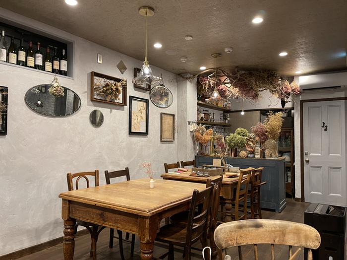 インテリアから食器までこだわった店内は、ニューヨークのアンティークスタイル。「豆腐=和食」とは良い意味で異なるイメージがステキです。