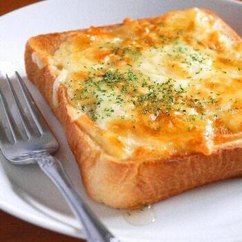 チーズトーストにはちみつをたらりとかけた甘じょっぱさがクセになるレシピ。チーズはたっぷりと乗せるのが美味しく仕上げるポイント!