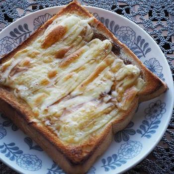 チーズ×マヨネーズは鉄板の美味しい組み合わせ。作り方は、パンにチーズを乗せ、上からマヨネーズをかけて焼くだけです。とろとろとろけるチーズとマヨネーズの風味が至福の味わいに♪