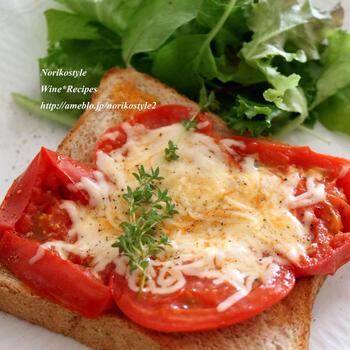 トマトとチーズの組み合わせも定番中の定番。焼いたトマトは酸味が飛んで甘みが引き立ち、旨味アップ。食感も柔らかくなり、アツアツとろとろなチーズとの相性抜群!