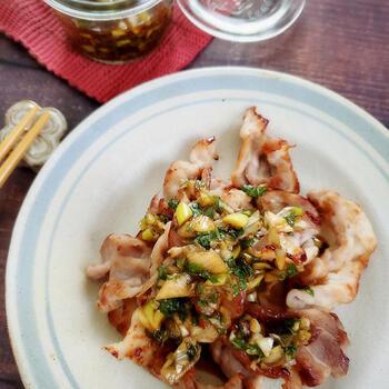 冷たいフライパンに豚バラを並べて焼くレシピ。豚バラから出る脂を使うので、サラダ油を使う必要はありません。薬味と鶏ガラスープを合わせたタレを乗せたら、おつまみにもぴったり!