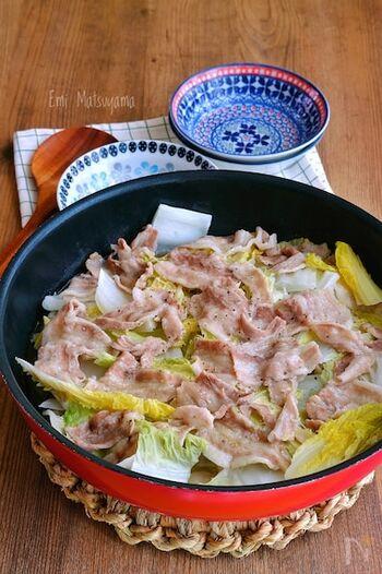 豚バラ×白菜×レモン塩だれでさっぱり食べられる重ね蒸し。きょうは手抜きしたいな―という日や、ちょっと風邪っぽい日の食事にもおすすめです。