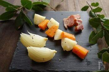 いつもの野菜も、蒸し煮にしてローリエの香りをつければおしゃれな付け合わせに。副菜やお弁当のおかずにもおすすめです!
