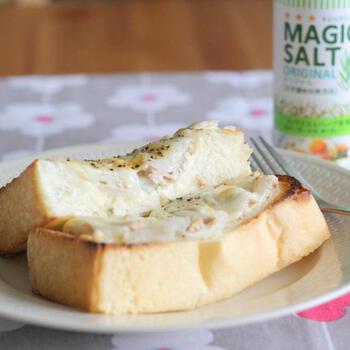 スライスした新玉ねぎとツナをマヨネーズやマジックソルト(なくてもOK)で味付けし、チーズと一緒にパンに乗せて焼いたら出来上がり。最後に胡椒でアクセントを。新玉ねぎがない場合は、普通の玉ねぎでも代用できますよ。