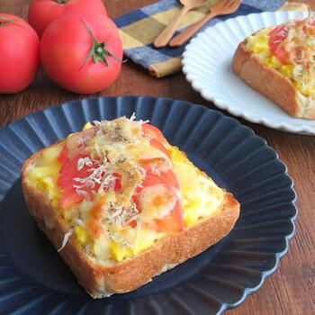 茹で卵とマヨネーズで作る即席タルタルを使ったチーズトーストレシピ。トマトとじゃこで美味しさも栄養価もアップ!
